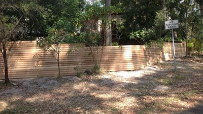 Fully enclosed yard, suitable for children and/or pets