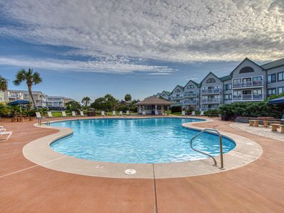 Photo for Cozy studio condo w/shared pool & hot tub-moments from town & beach