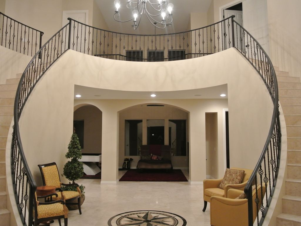 Gorgeous dual staircase over 5 100 sq ft vrbo - Escalier colimacon double niveau ...