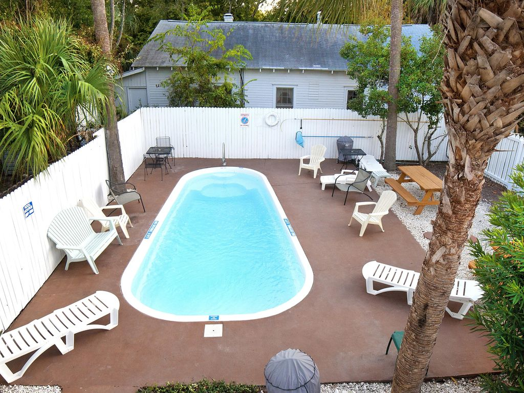 Cozy Bungalow A Short Walk to Beach w/ Free WiFi, Duplex Pool & Near Downtown