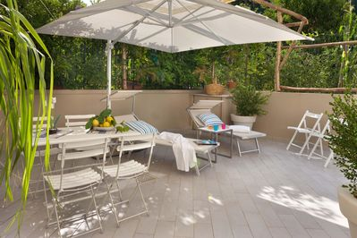 Patio with garden furniture, shower and barbecue. Sorrento City Center Flats