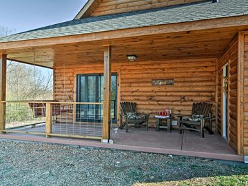 Cozy 1BR + Loft Log Cabin Near Lake Hamilton!