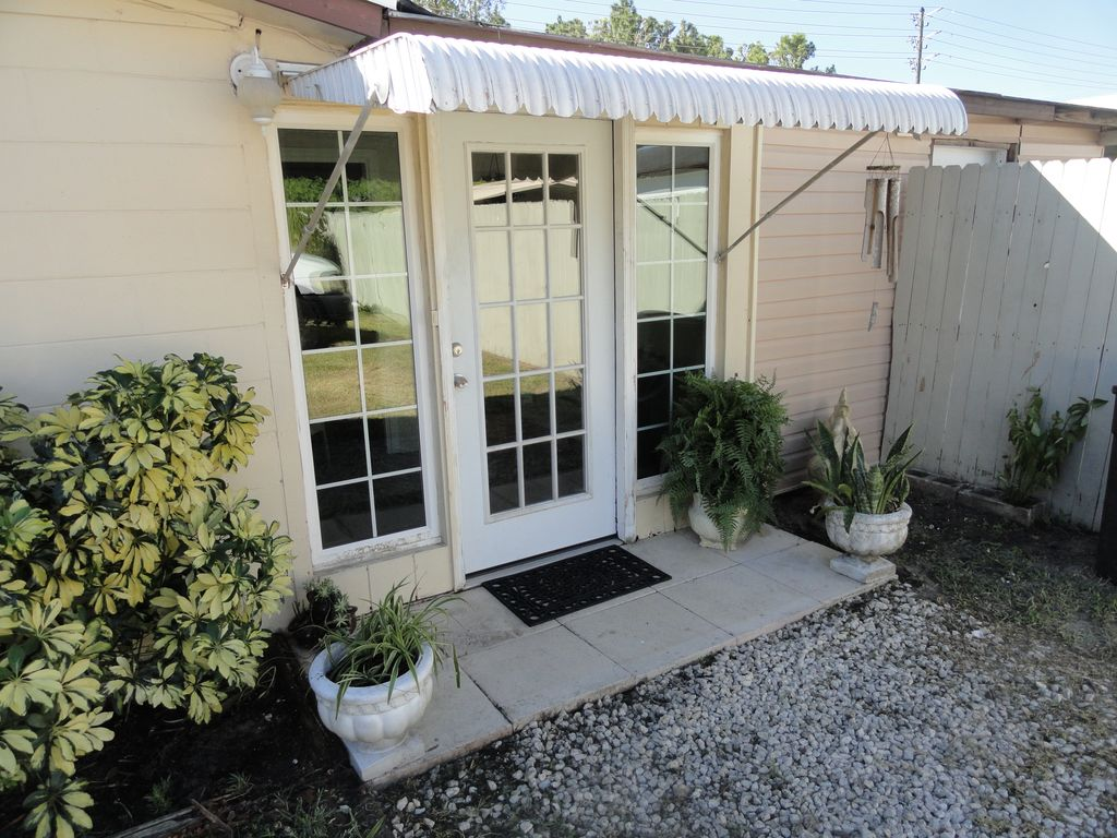 Very Large Florida Studio Located 3 Miles From Down Town