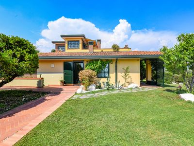 Photo for Villa Artemisia is located 200 meters from Lake Garda, with swimming pool and AC