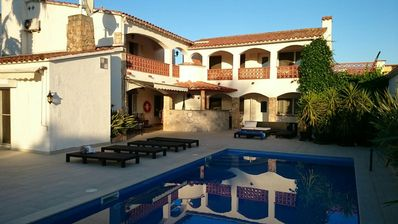 Photo for Empuriabrava, Villa canal, 8 ch 18 pers, 5sdb, swimming pool, jacuzzi, 25m quay