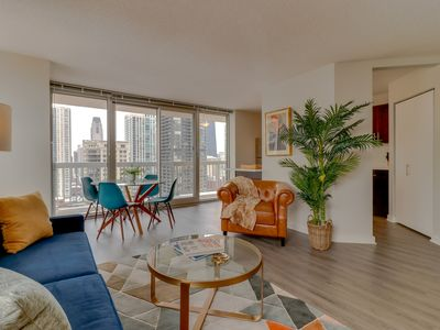 Sleek, lakeview suite w/shared pool & sauna in the heart of the city!