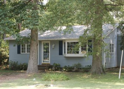 Tall Timbers Cottage enjoys a woodland   setting across the street from the Rive