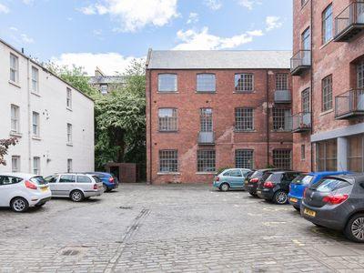 Photo for Edinburgh - very central - 2 double beds sleeps 4, free parking, patio, quiet