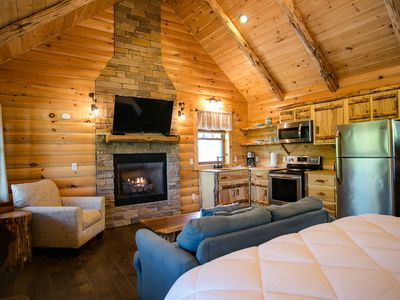 Breathtaking Cabin in Ohio's Amish Country - Jacuzzi Tub, Kitchen, Living Room