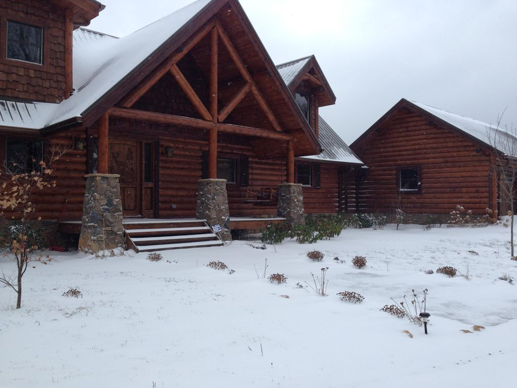 Cozy luxury log cabin mountain views private lake hiking for Log cabin blue mountains