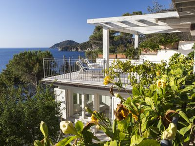 Photo for Splendid Villa with direct access to the sea