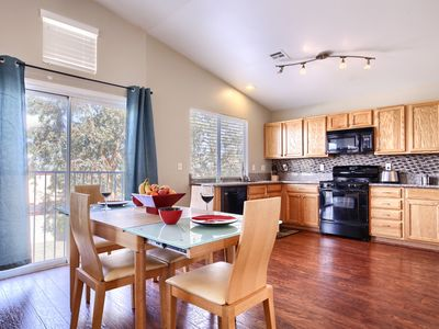COZY 3BDR  ,PET FRIENDLY!!. CLOSE TO STRIP , AIRPORT & DINING!! 5* LOCATION!