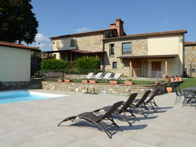 Photo for Cosy apartment with WIFI, pool, TV, pets allowed, panoramic view and parking, close to Arezzo