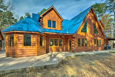 'Blue Bass Lodge' features 6 bedrooms, 3 bathrooms and a hot tub.