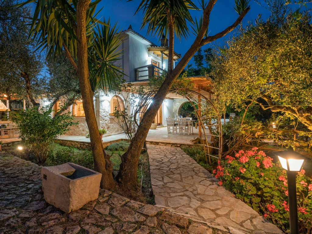 Secluded villa with attached cottage... - HomeAway Skinaria