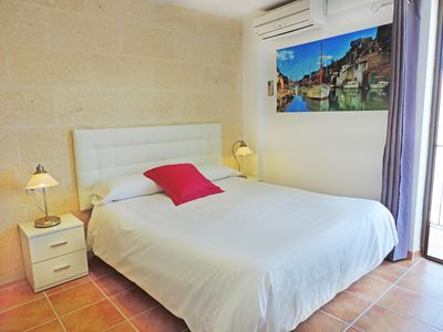 Photo for 2 people studio, double bed, private bathroom with shower and free wifi.