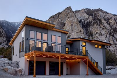 Modern Mountain Retreat surrounded by the beauty of the Chalk Cliffs