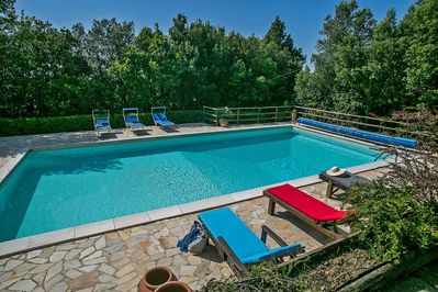 Casa Betty - Pool surrounded by woods and vegetation