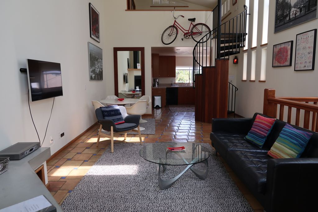 Centrally Located Large Venice Beach Apartment With Bedroom Loft