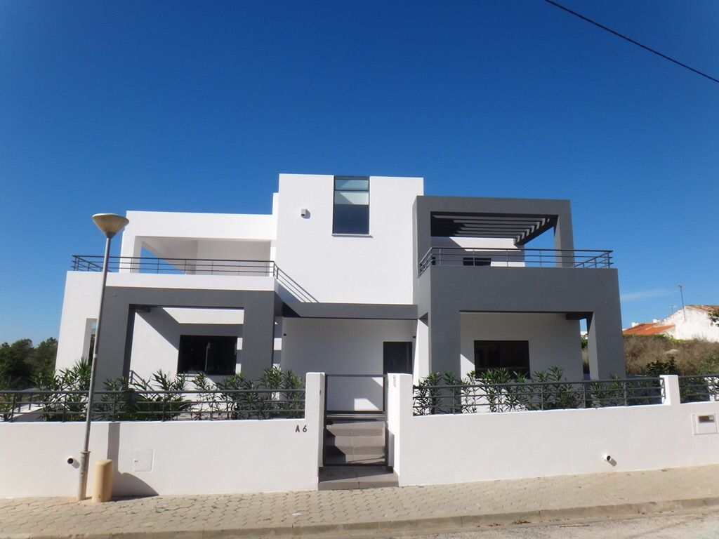 Modern villa sleeps 8 close to all amenities and sea for Villa moderne