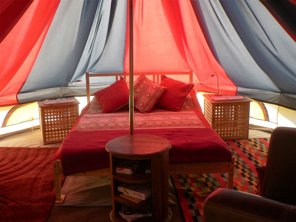 glamping de luxe pour les couples gypsey wagon bell tent. Black Bedroom Furniture Sets. Home Design Ideas