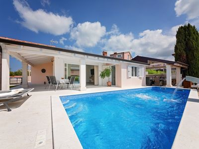 Photo for Ground floor villa, heated pool and luxury summer kitchen, 8 km from Porec