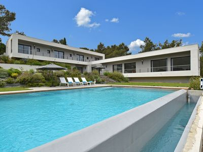 Photo for Modern and exceptionally luxurious villa with 4 suites and large swimming pool, 4 km from the centre