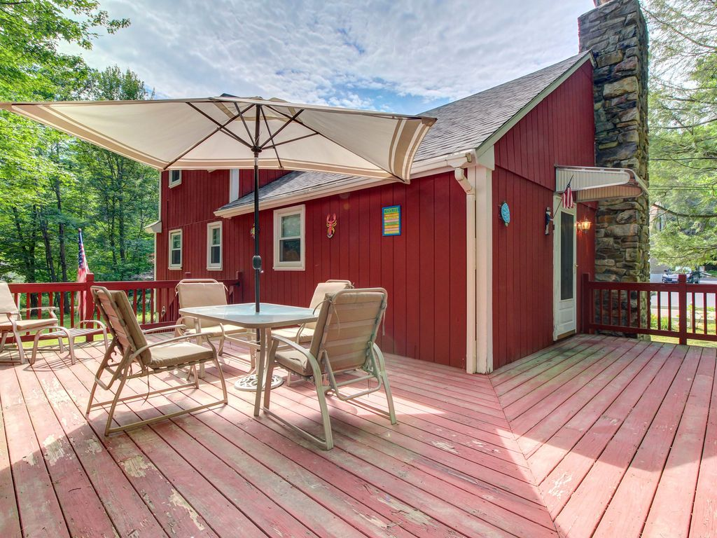 Cozy dog friendly maine cottage with spaci vrbo for Cabin rentals in maine with hot tub