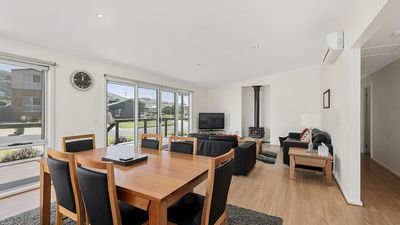 Photo for SUNNYSIDE - Modern family home, easy walk to town & the beach + free wifi