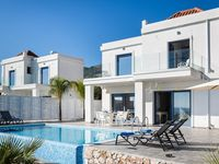 This was our second visit to Skala and first time to Villa Starfish. It is very stylish and obvio...