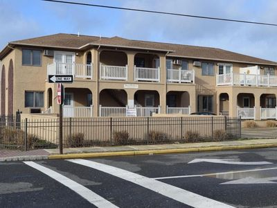 Photo for Newly renovated 2-story townhouse one block from the beach!