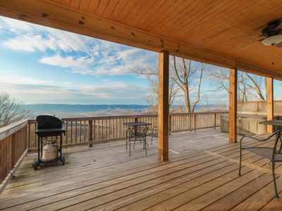 Breathtaking Views and modern amenities on the side of the mountain!
