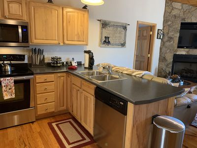 Cozy cabin! Majestic views from all rooms! Within walking distance to the lake.