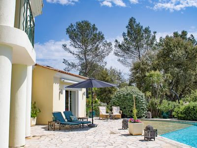 Photo for Superb villa, modern and spacious, with swimming pool, garden and views of the vineyards.