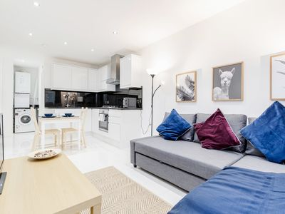 Photo for Stunning 1 bedroom flat with private garden minutes away from Tower Bridge