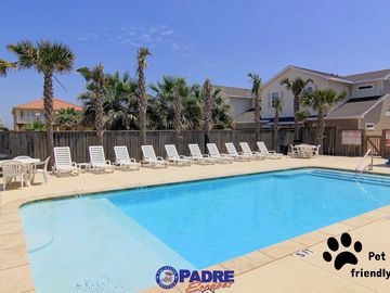 Spacious Townhouse, Pet-Friendly, Close to the Beach, & Free WIFI!