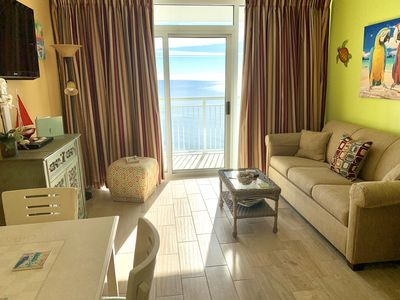 Gorgeous Oceanfront Living room: Queen sleeper sofa, Recliner, TV/DVD, more!