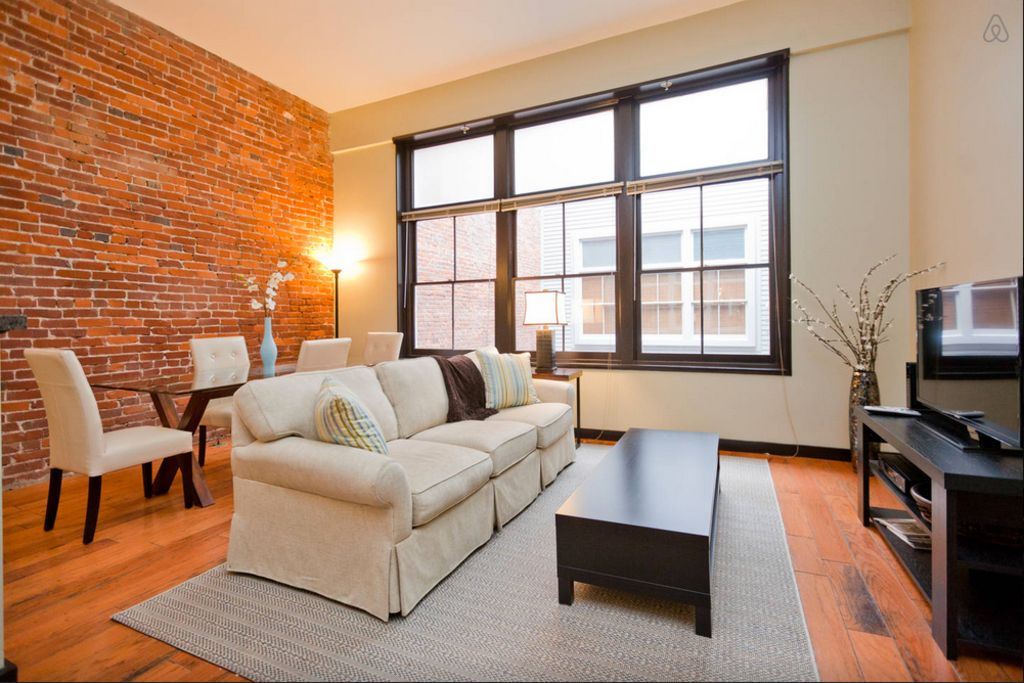 Downtown Loft: Footsteps from Lower Broadway! Fully Stocked + Free WiFi/Parking