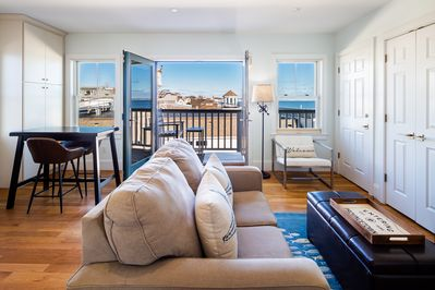 Ptown Dreams 1 BDRM PH in the heart of Commercial ST - water views & parking