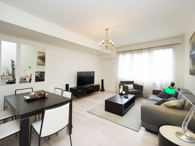 Photo for Modern and spacious 2-bed flat at Kensington!