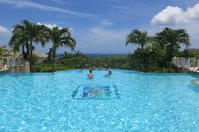 Clubhouse Infinity pool
