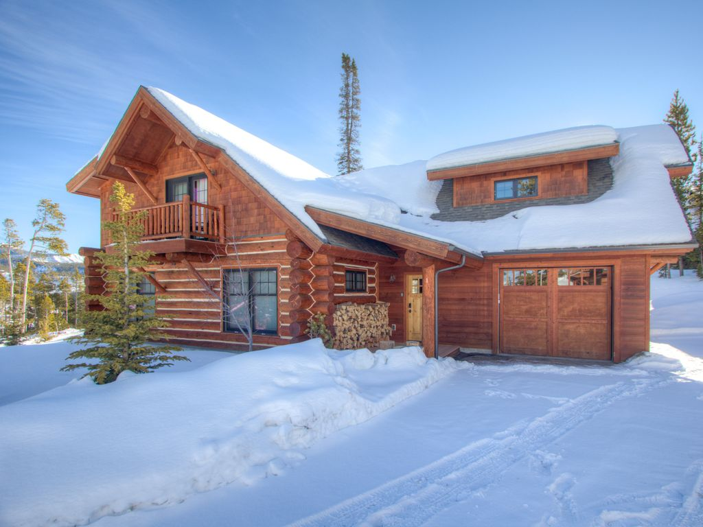 Cozy montana log cabin close to resort base with private for Log cabin resorts