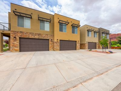 Photo for Modern condo w/ fenced patio & shared pool/hot tub, near downtown/Arches!