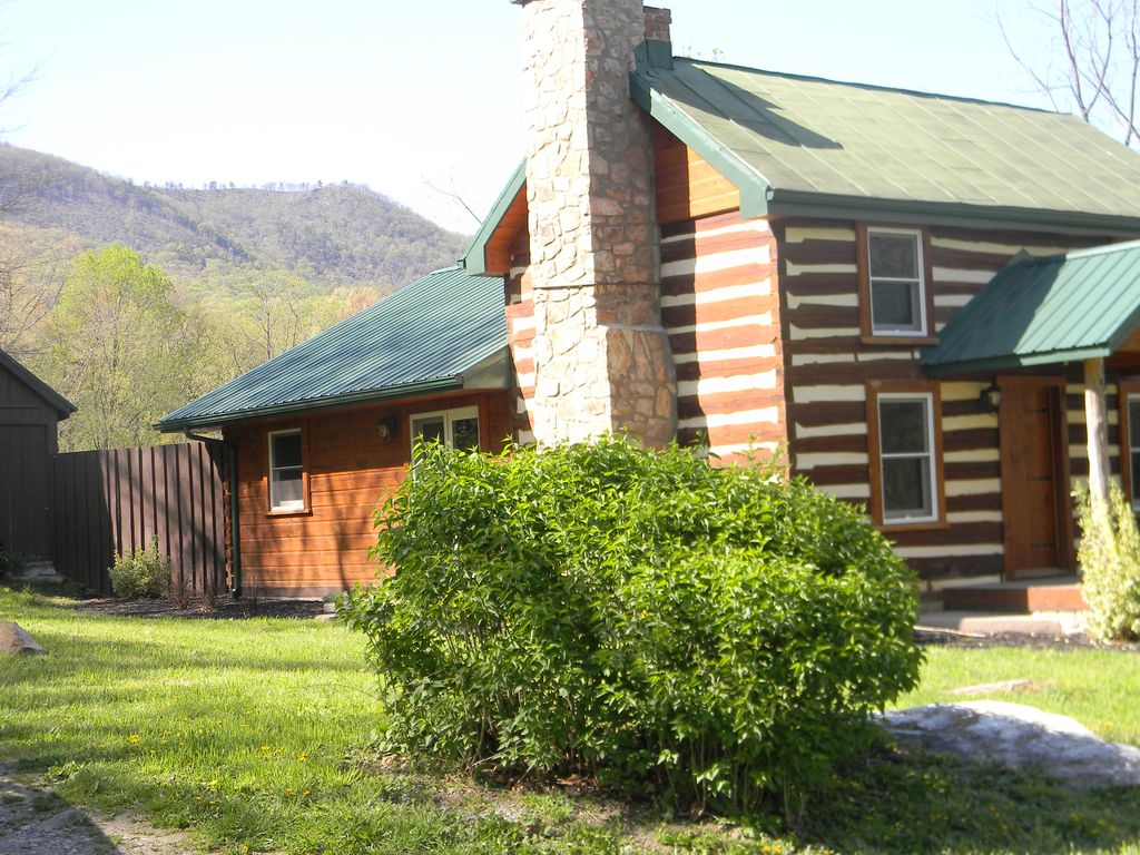 Beautifully appointed log cabin features mountain views for Log cabins in shenandoah valley
