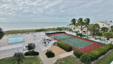Photo for Beachfront Bliss in Central Indian Rocks Beach!