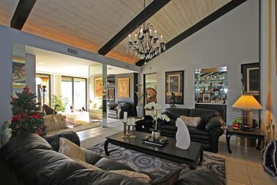 Spectacular Living Rooms with Vaulted Ceilings and Designer Furnishings!