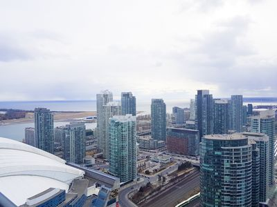 High rise view of the downtown Toronto from this beautiful and sunny condo!