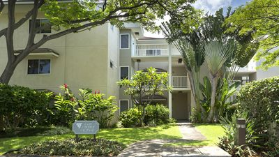 Building D, Vista Waikoloa surrounded by beautiful tropical plants.