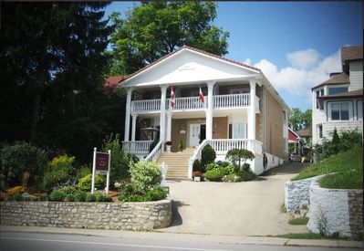 Niagara Classic Inn overlooking the Niagara River and Gorge