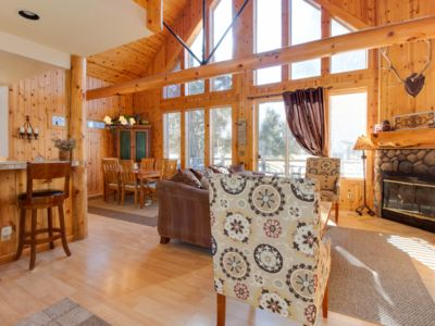 BEAUTIFUL CHALET ON THE GOLF COURSE WITH PRIVATE HOT TUB!